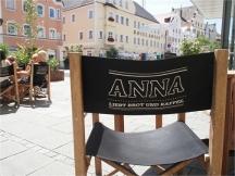 Anna liebt Brot und Cafe